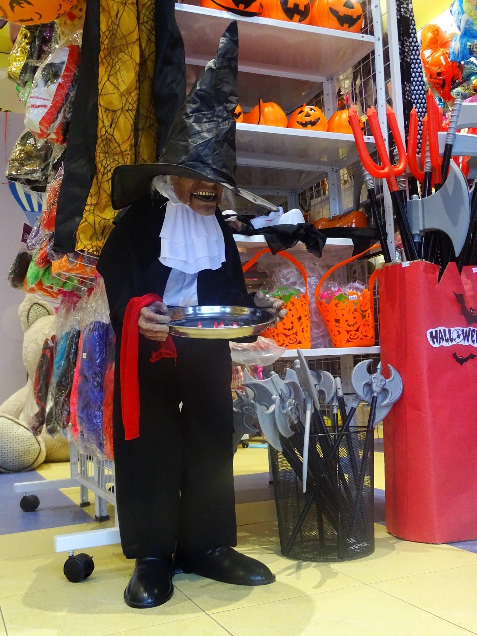 В парти магазин Слон-Балон ще откриете всичко за едно незабравимо ,страховито парти …маски,перуки,костюми,бои за лице и много други ….