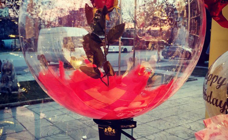 Роза в балон за Свети Валентин